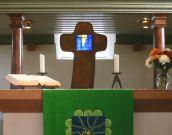 Altarkreuz in der ev. Kirche in Dalheim, Antikglas bearbeitet in Cortenstahl