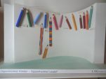 Entwurf zum KuBau-Wettbewerb der Oppenheimer Grundschule. Buntstifte aus Metall repräsentieren berühmte Oppenheimer Persönlichkeiten. In einem runden Foyer unter der Decke montiert ermöglicht den Kinder weiterhin den Raum darunter zu nutzen.